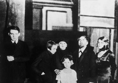 Image of cast from Max Reinhardt's 1924 production of Six Characters